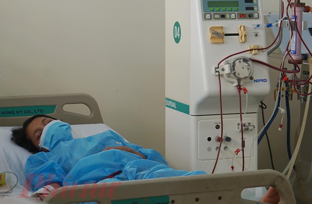 Chị N.T.G. (27 tuổi, ở điểm phong tỏa tại Tân Bình) cho biết: Tôi bị suy thận đã 4 năm nay, mỗi tuần phải tới bệnh viện lọc máu 3 ngày 2, 4, 6. Tuy nhiên, khi chỗ tôi bị phong tỏa, tôi buộc phải bỏ chạy thận 2 đợt. Quá mệt, không chịu nổi nữa, tôi gọi điện thoại đến nhiều bệnh viện cầu cứu mới biết Bệnh viện Lê Văn Thịnh. Hiên tại tôi đã đỡ hơn nhiều, không còn chóng mặt, buồn nôn và phù người nữa.