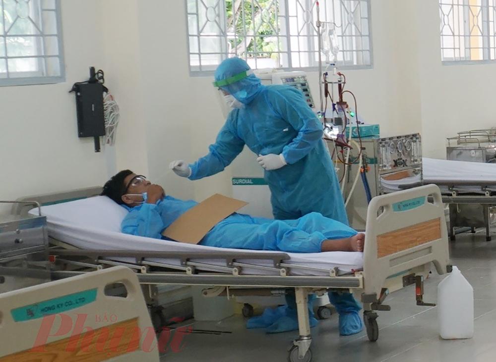 Người bệnh chạy thận lần đầu sẽ được test nhanh COVID-19. Trong thời gian chờ kết quả, người bệnh sẽ được chạy thận nhưng y, bác sĩ sẽ  xử lý như một ca nghi nhiễm.