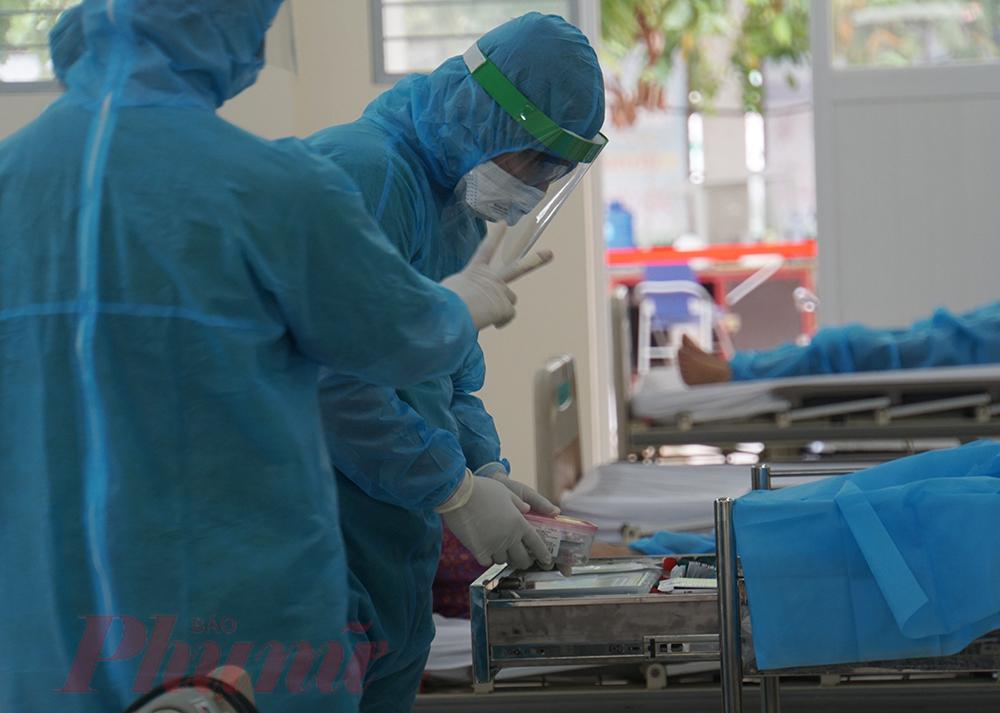 Bác sĩ CK2 Từ Kim Thanh - Trưởng khoa Nội tiết thận, Bệnh viện Lê Văn Thịnh cho biết, tuy khu chạy thận cho đối tượng có nguy cơ mới đi vào hoạt động nhưng khá đắt khách bởi những ngày qua bệnh nhân suy thận giai đoạn cuối ở các điểm phong tỏa, cách ly tại TPHCM hầu như không có điều kiện lọc thận bởi các quy định về phòng, chống dịch COVID-19. Bởi bệnh nhân là đối tượng F2, F3 phải cách ly tại nhà, muốn lọc thận phải di chuyển bằng xe chuyên dụng ngoài ra phải khử khuẩn cả nơi xuất phát, nơi đến và xe chuyên chở.