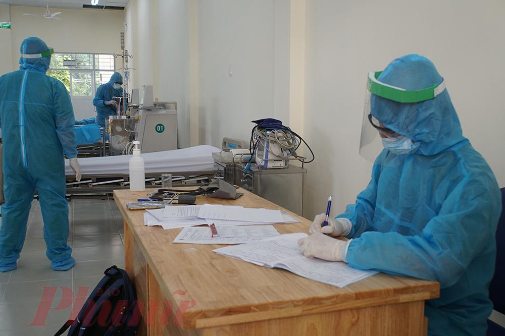 Bác sĩ Thanh nói thêm: Với những bệnh nhân gần 1 tuần không được chạy thận, tình trạng sức khỏe khẩn cấp, không thể chờ kết quả xét nghiệm SARS-CoV-2, bệnh viện sẽ chạy thận cho bệnh nhân tại phòng cách ly áp lực âm để vừa cấp cứu người bệnh vừa phòng tránh lây nhiễm COVID-19