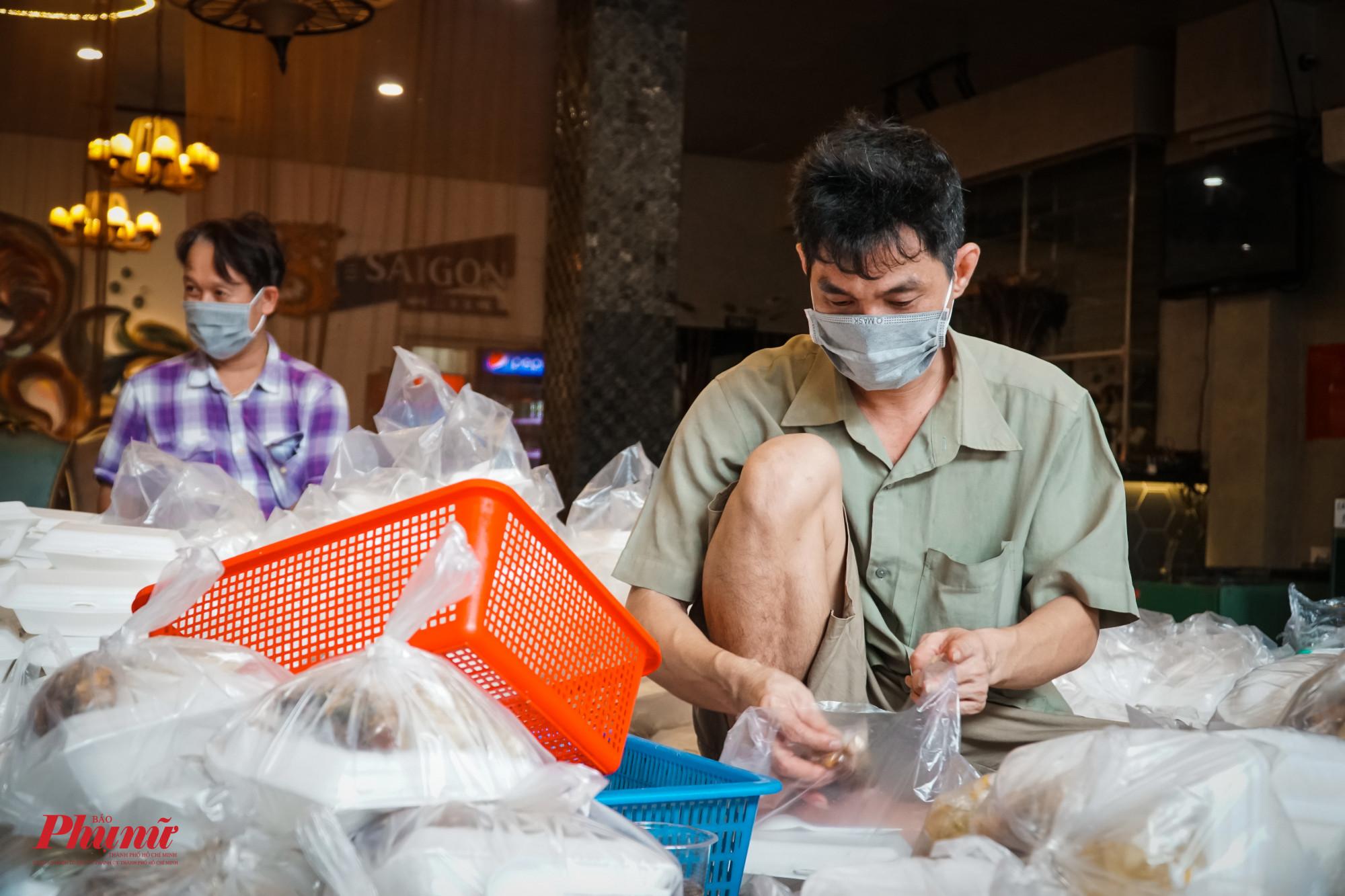 Mỗi ngày, quán của chị Dung hỗ trợ cho người dân TP 1200 suất cơm với các món mặn, đầy đủ chất dinh dưỡng