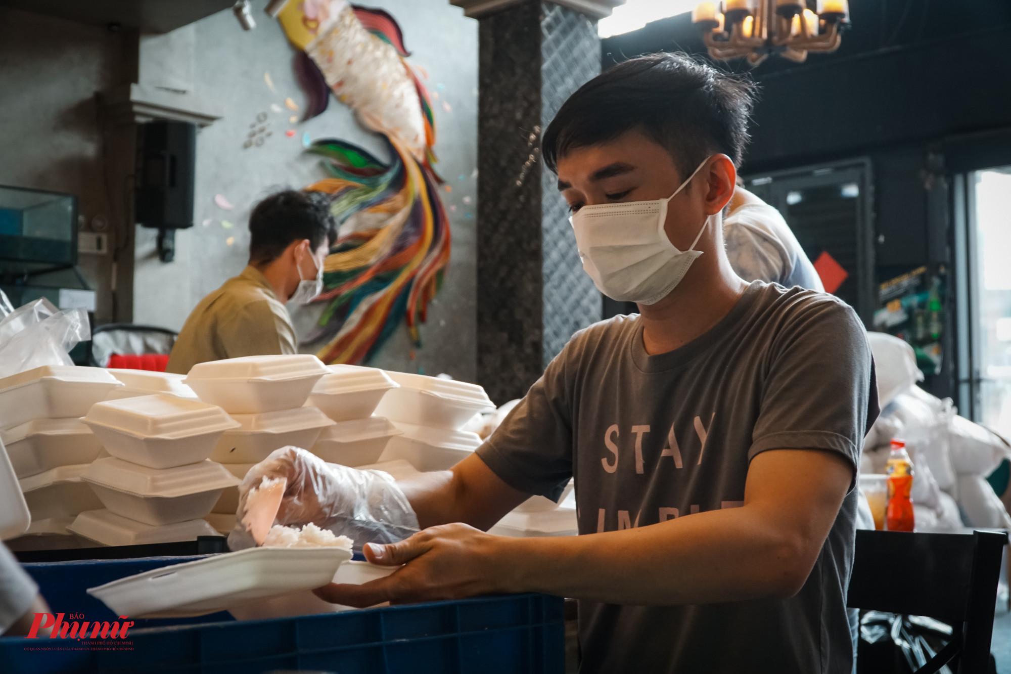 Anh Sơn, nhân viên của quán cho biết rất vui và tự hào khi được cùng mọi người và chị chủ quán thực hiện nhiều đợt từ thiện, giúp người có hoàn cảnh khó khăn