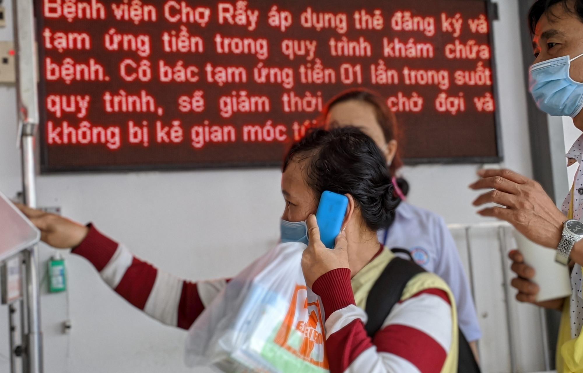 Thân nhân bệnh nhân tại Bệnh viện Chợ Rẫy. Ảnh: Hiếu Nguyễn
