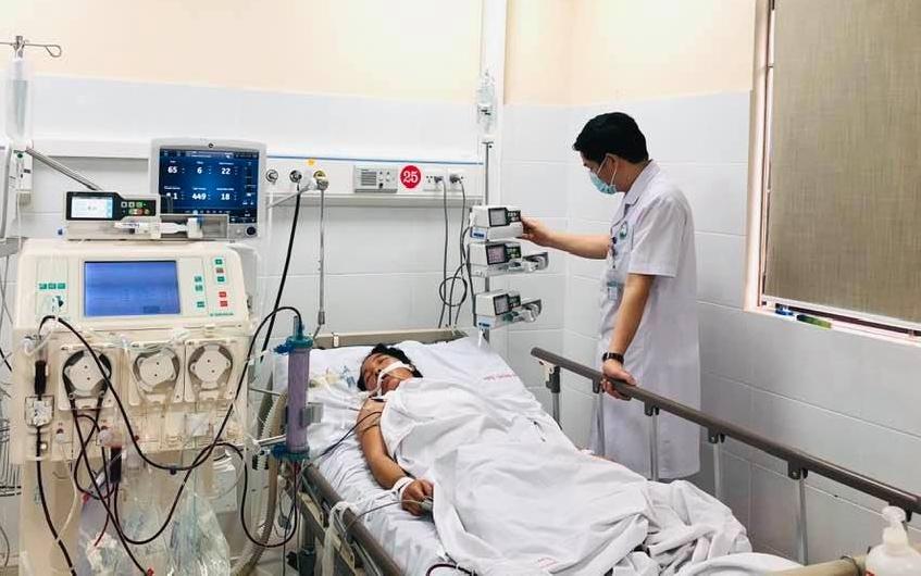 Tại bệnh viện, bệnh nhân phải hỗ trợ bằng thở máy xâm nhập, suy gan cấp, sốc nhiễm khuẩn phải vùng thuốc vận mạch và lọc máu liên tục.