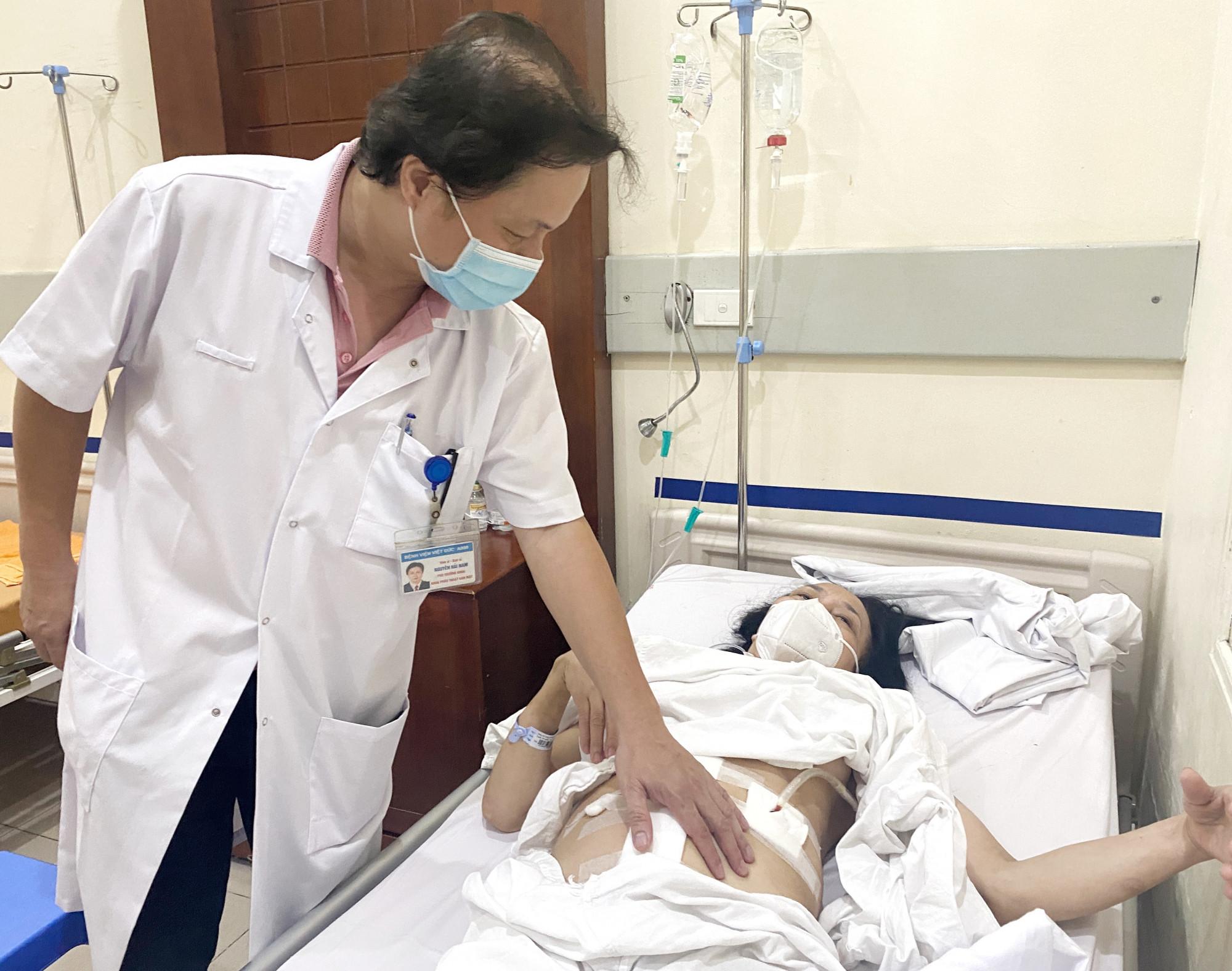 TS.BS Nguyễn Hải Nam, Phó Trưởng khoa Phẫu thuật Gan mật, Bệnh viện Hữu nghị Việt Đức khám lại cho người bệnh sau mổ.