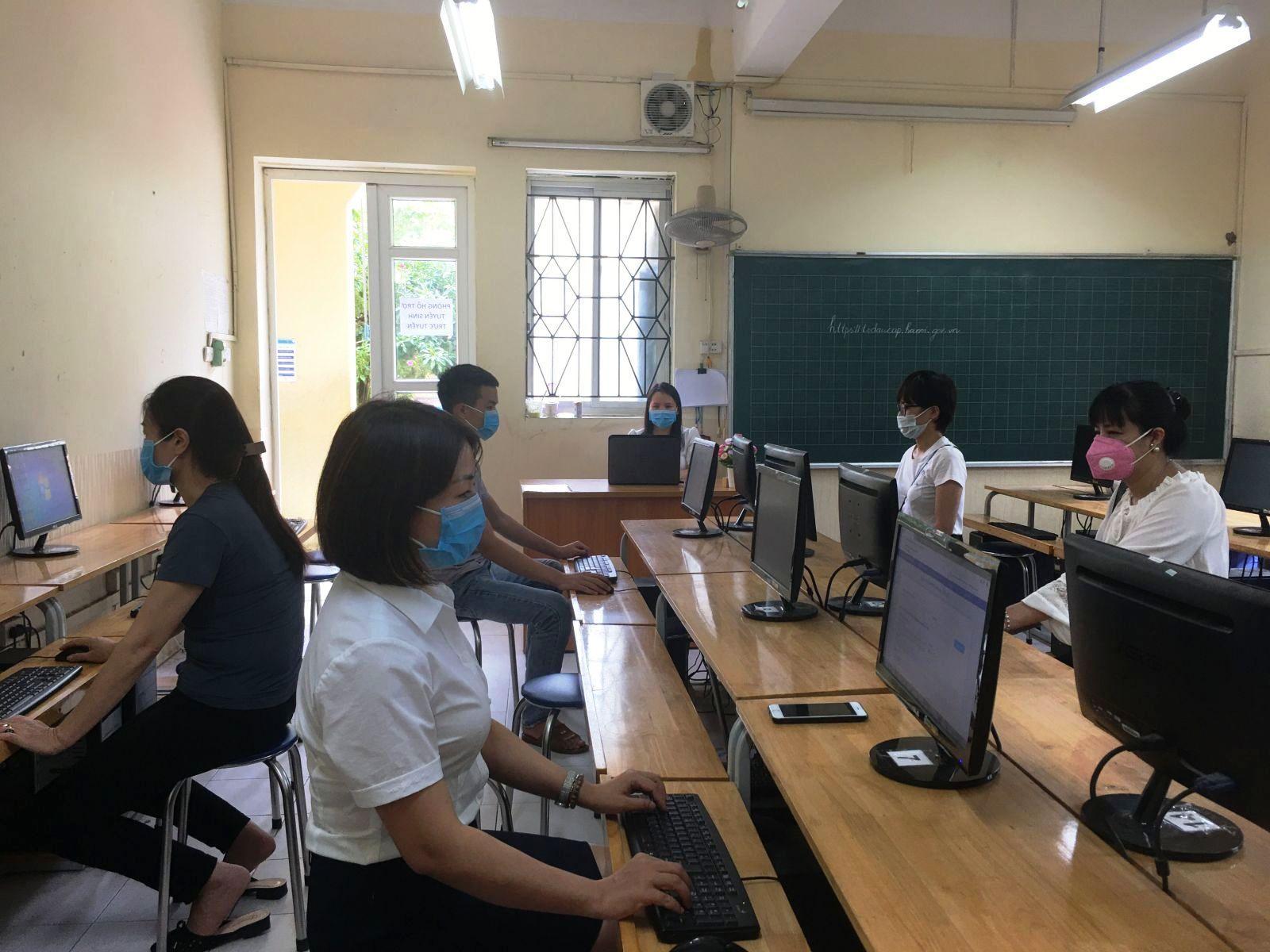 Năm nay, thí sinh tại Hà Nội làm thủ tục dự thi bằng hình thức trực tuyến