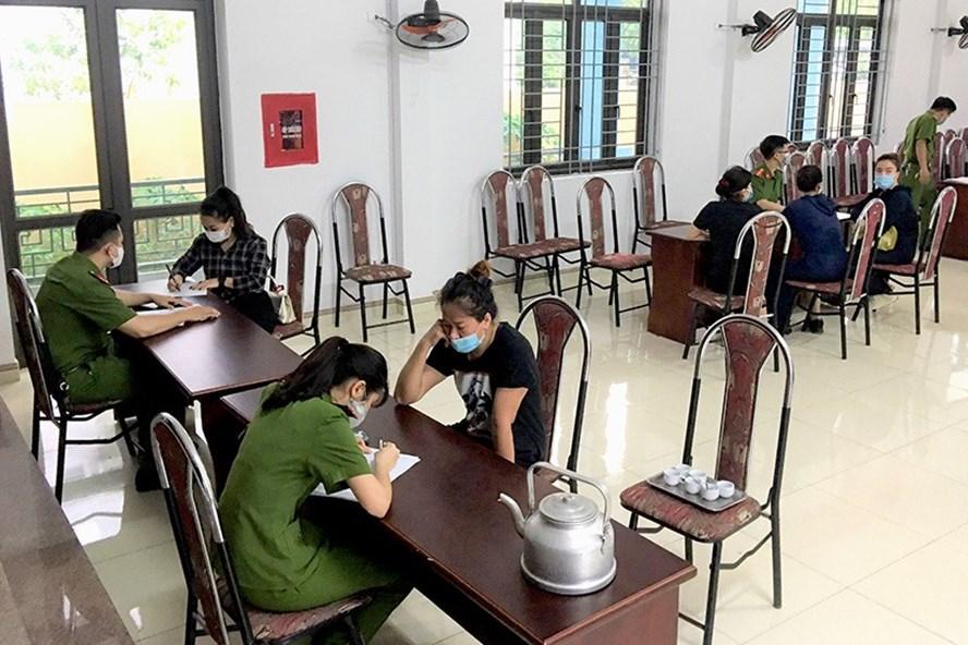 Xử phạt quán cafe vì tụ tập đông người giữa dịch COVID-19