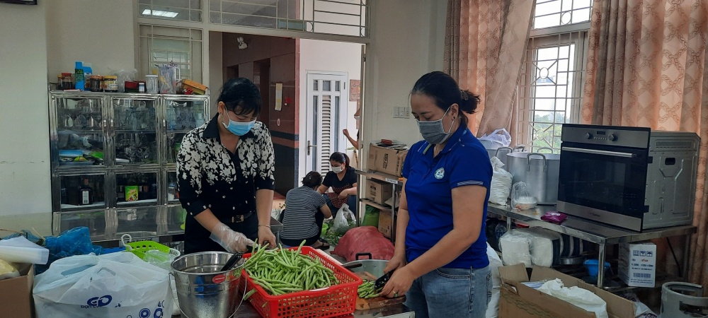 Bà Trần Thị Phương Hoa- Phó Chủ tịch Hội LHPn TPHCM cùng làm suất ăn trưa phục vụ người dân khó khăn và lực lượng tuyến dầu chống dịch tại Bếp ăn tình thương của Hội LHPN Q. Gò Vấp