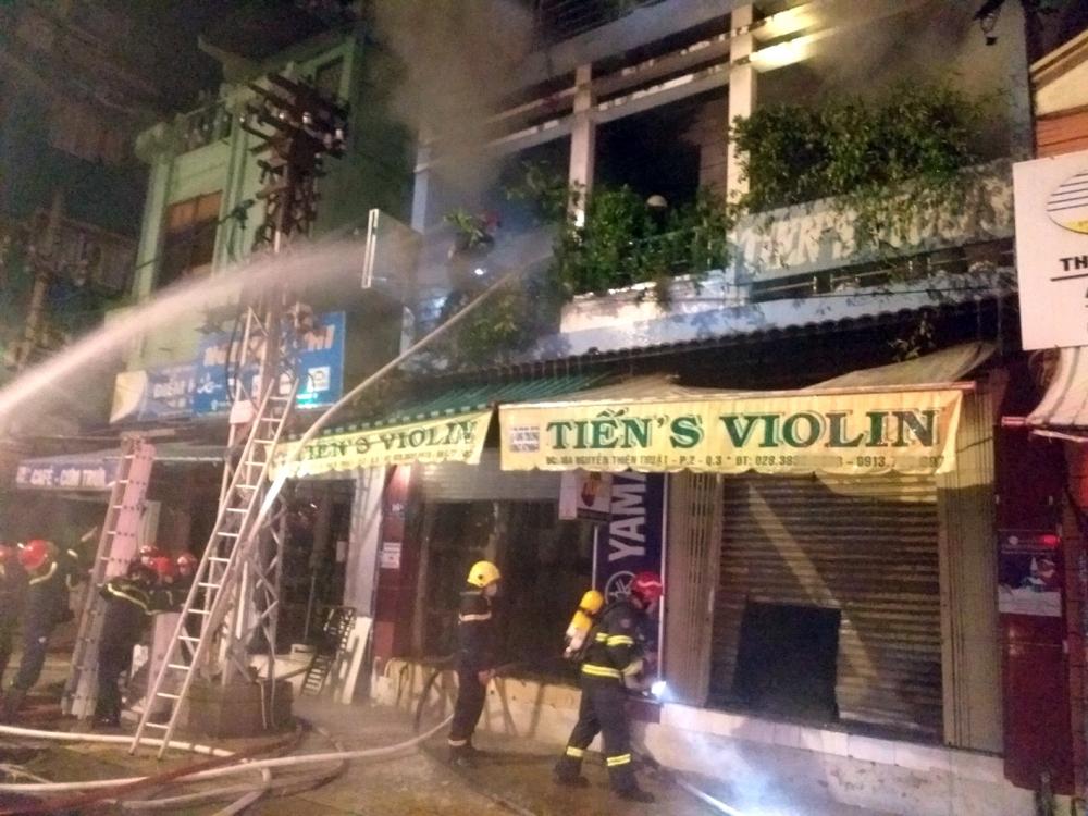 Lực lượng phòng cháy chữa cháy đang dập lửa tại căn nhà số 16A đường Nguyễn Thiện Thuật vào đêm 31/5