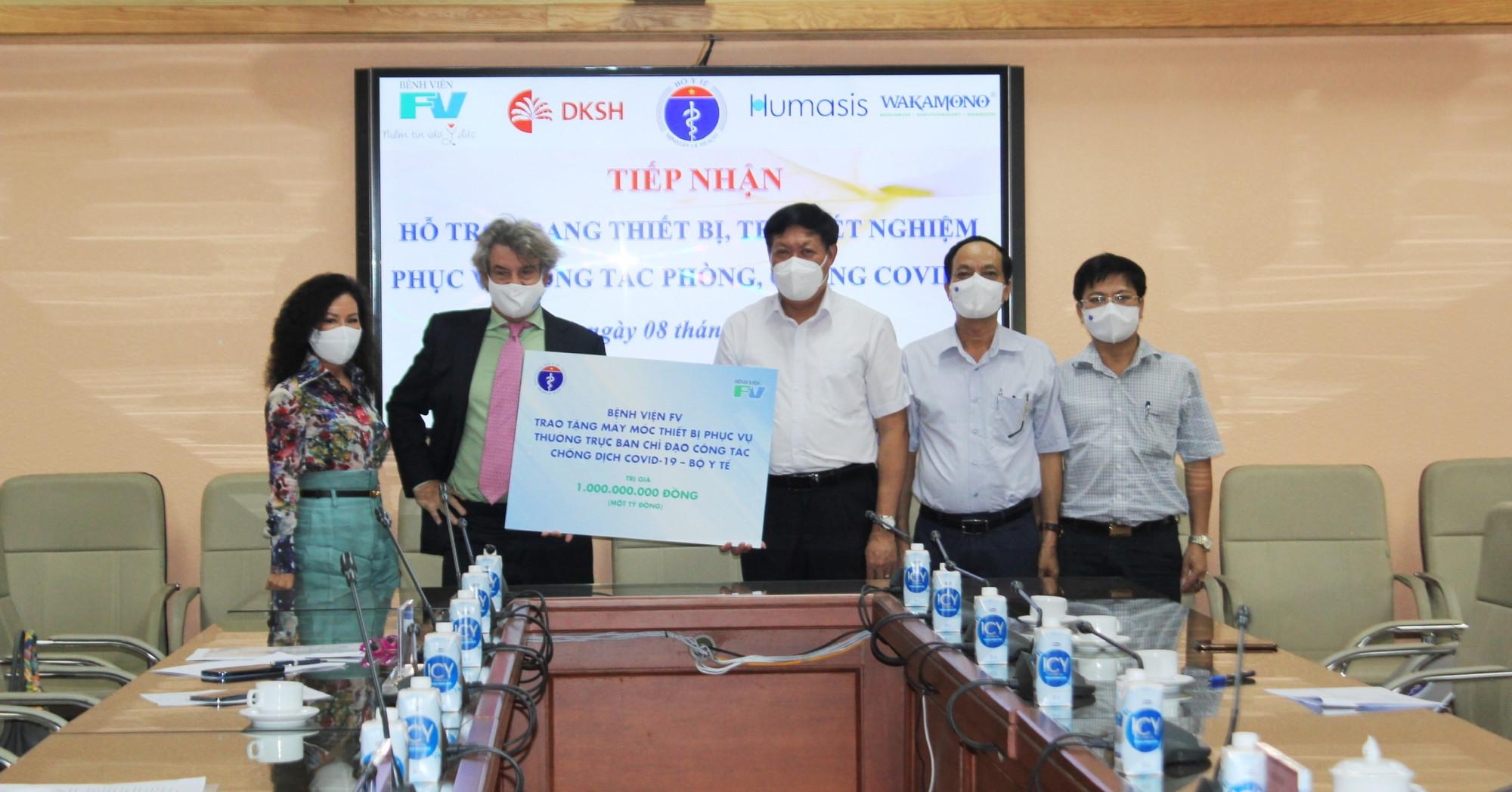 Đại diện Thường trực Ban chỉ đạo công tác chống dịch COVID-19 tiếp nhận biểu trưng hỗ trợ trang thiết bị trị giá 1 tỷ đồng từ Bệnh viện FV. Ảnh: BVFV