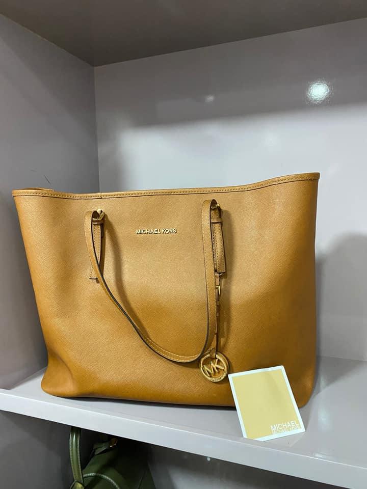 Chiếc túi từ thương hiệu Micheal Kors với chất da dày dặn, form cứng cáp. Trúc Diễm cho biết sản phẩm còn mới nên cô sẽ để lại giá 7 triệu đồng.