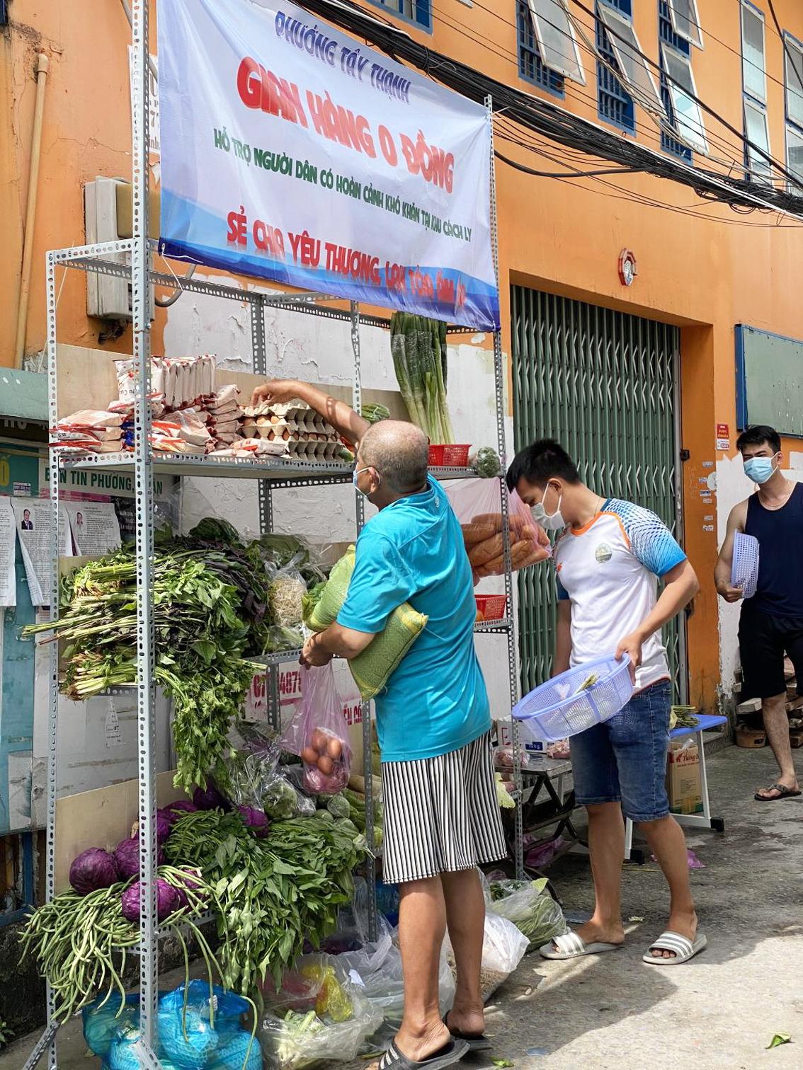 """Người dân đến lựa chọn thực phẩm tại """"gian hàng 0 đồng"""" hẻm Tân Thành, P.Hòa Thạnh, Q.Tân Phú"""