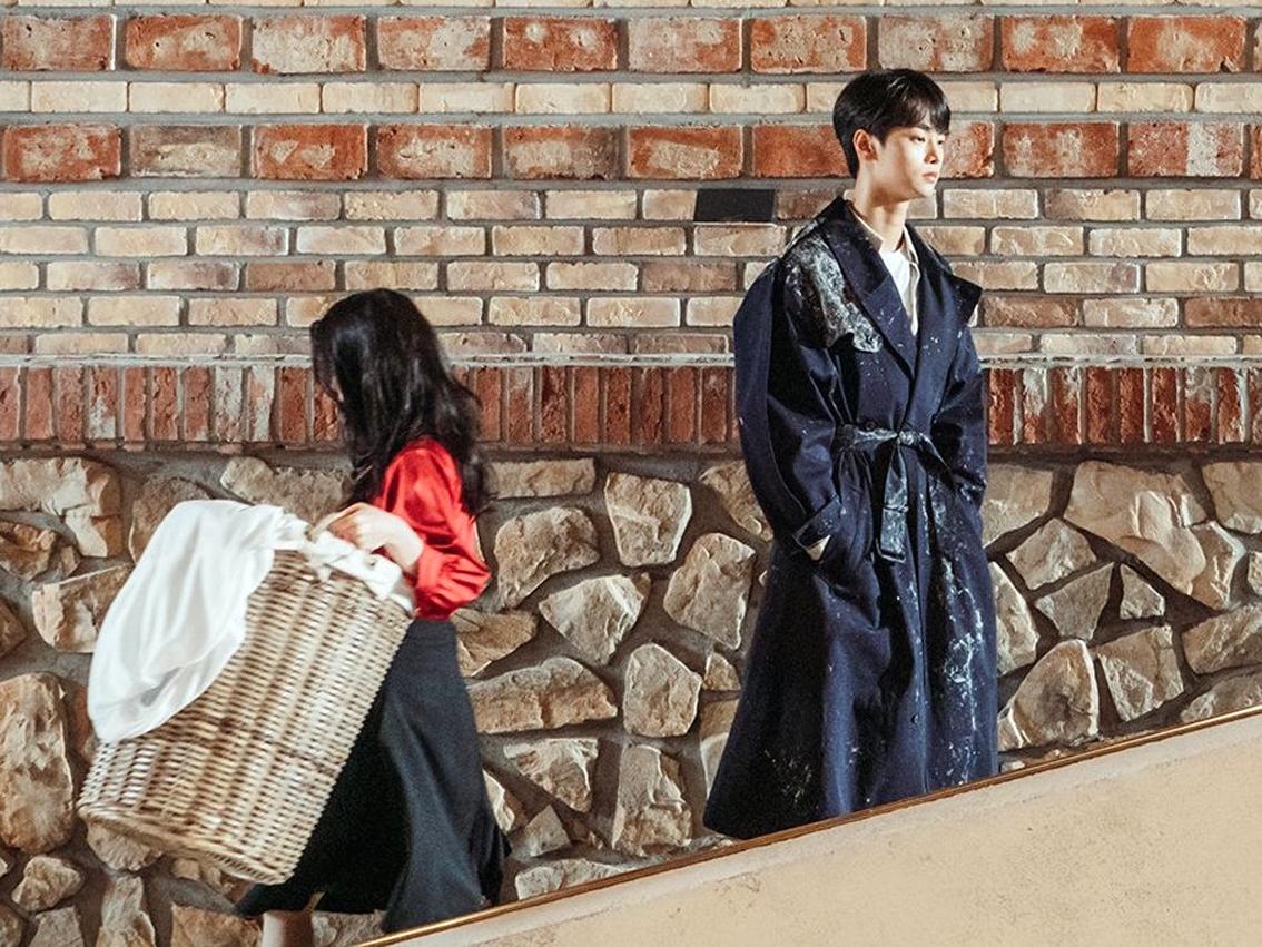 Nhân vật hai nàng dâuJung Seo Hyun (Kim Seo Hyung thủ vai, bên phải) và Hee Soo (Lee Bo Young)chịu nhiều bất hạnh
