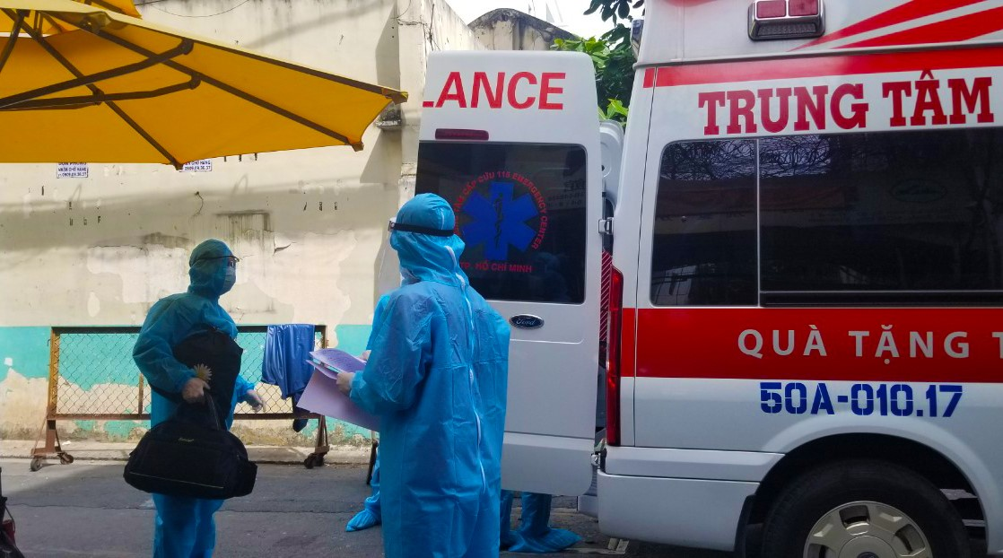 Nhân viên y tế chuẩn bị thực hiện phòng, chống COVID-19