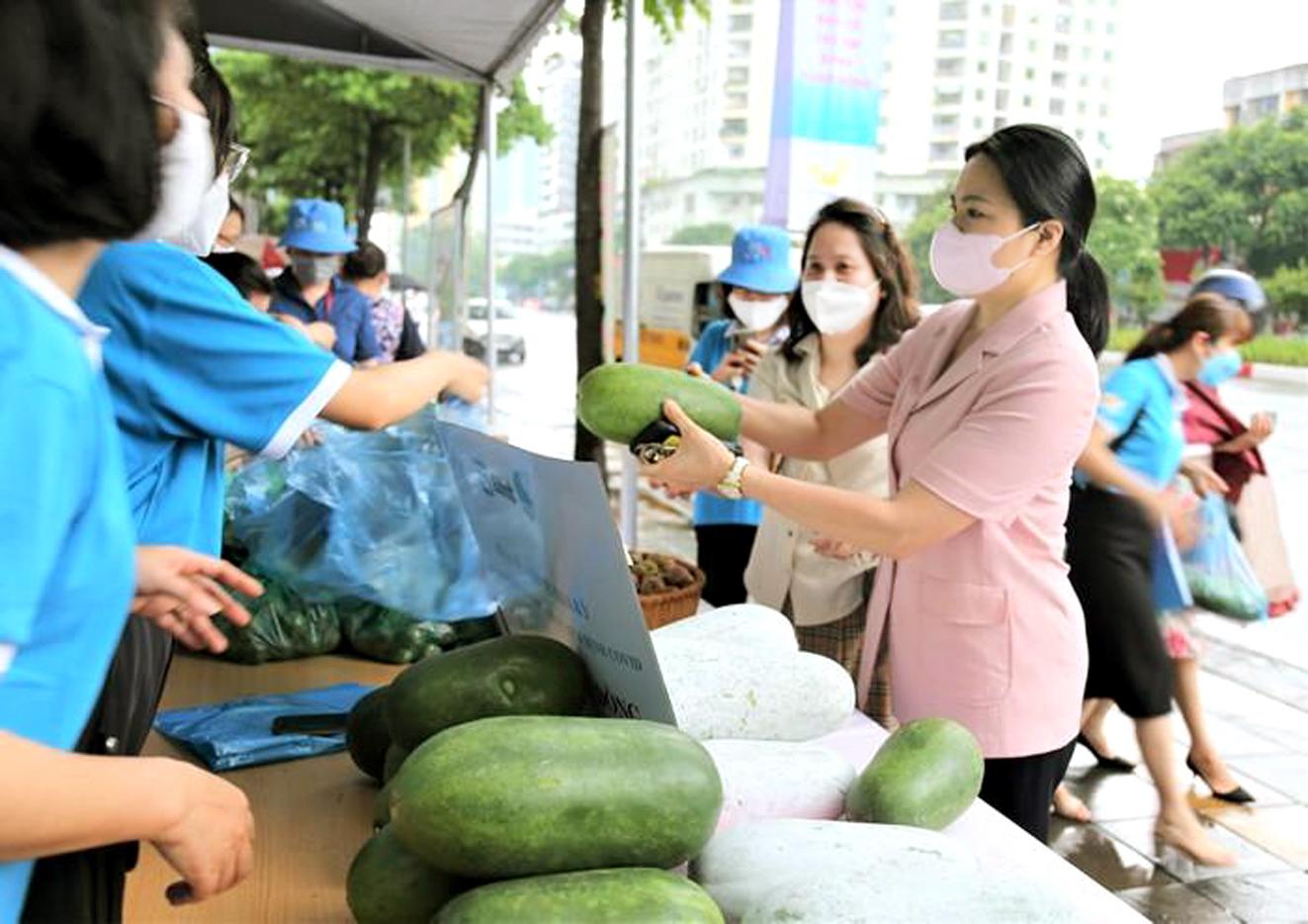 Chủ tịch Hội LHPN Việt Nam Hà Thị Nga (phải) ủng hộ nông sản sạch