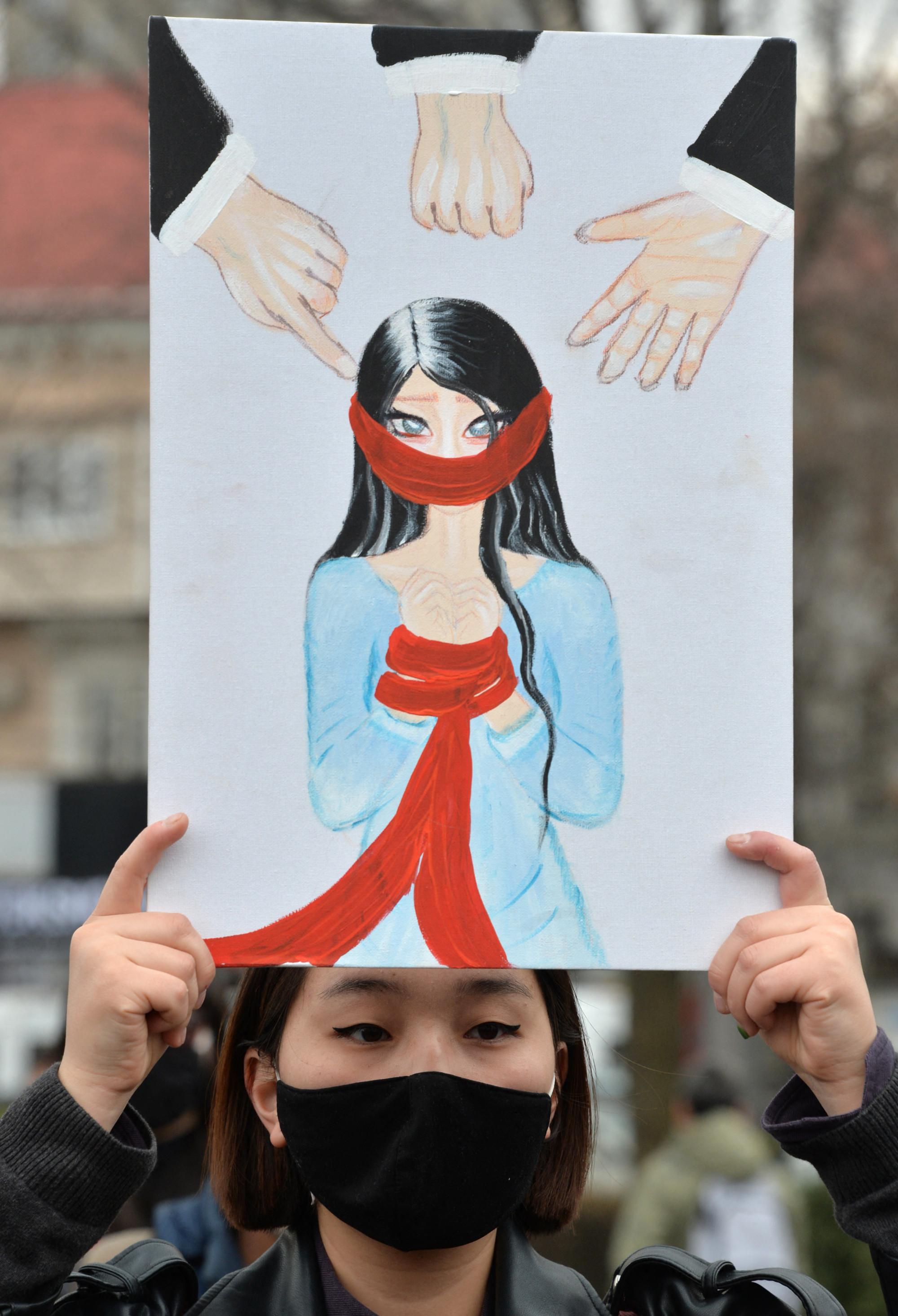 Phụ nữ Kyrgyzstan xem những cuộc cưỡng hôn này không khác gì những cơn ác mộng khủng khiếp - Ảnh: Vyacheslav Oseledko/AFP