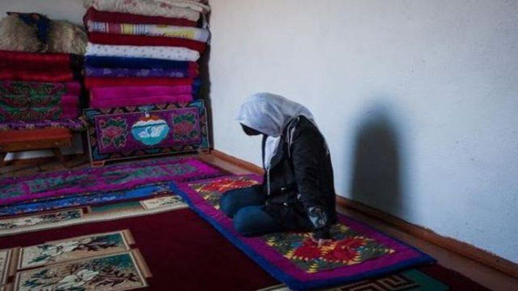 Những hệ lụy nặng nề từ những cuộc bắt cóc cô dâu và cưỡng hôn khiến phụ nữ Kyrgyzstan phải tìm cách chạy trốn khỏi quê hương của mình - Ảnh: Noriko Hayashi/Panos
