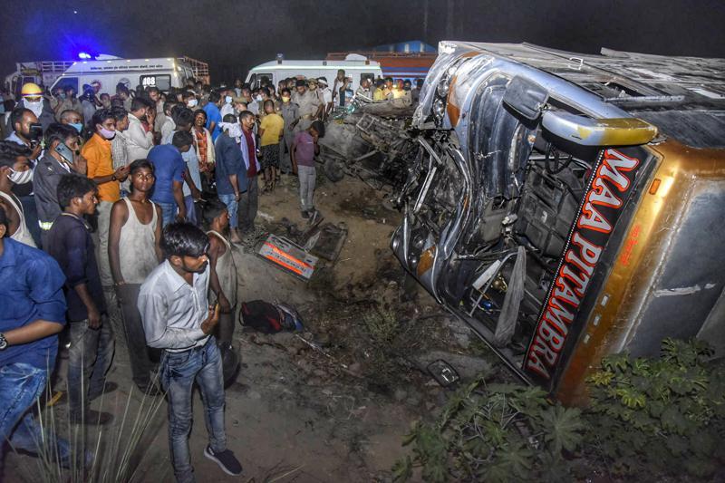 Hiện trường xe buýt chở công nhân va chạm với xe tải khiến 17 người thiệt mạng.