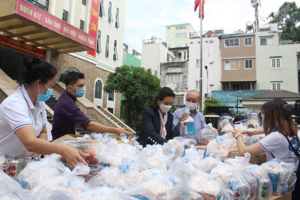 Bàn giao 1.000 phần ăn đầu tiên cho Ủy ban MTTQ Việt Nam TPHCM để vận chuyển đến các điểm chốt của quận Gò Vấp và quận Bình Thạnh.