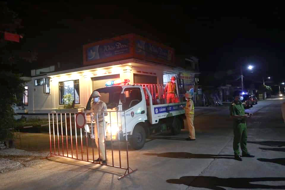 Các chốt chặn vào vùng cách ly y tế ở xã Tân Lâm Hương được thiết lập trong đêm sau khi địa phương này ghi nhận 3 ca nghi nhiễm COVID-19