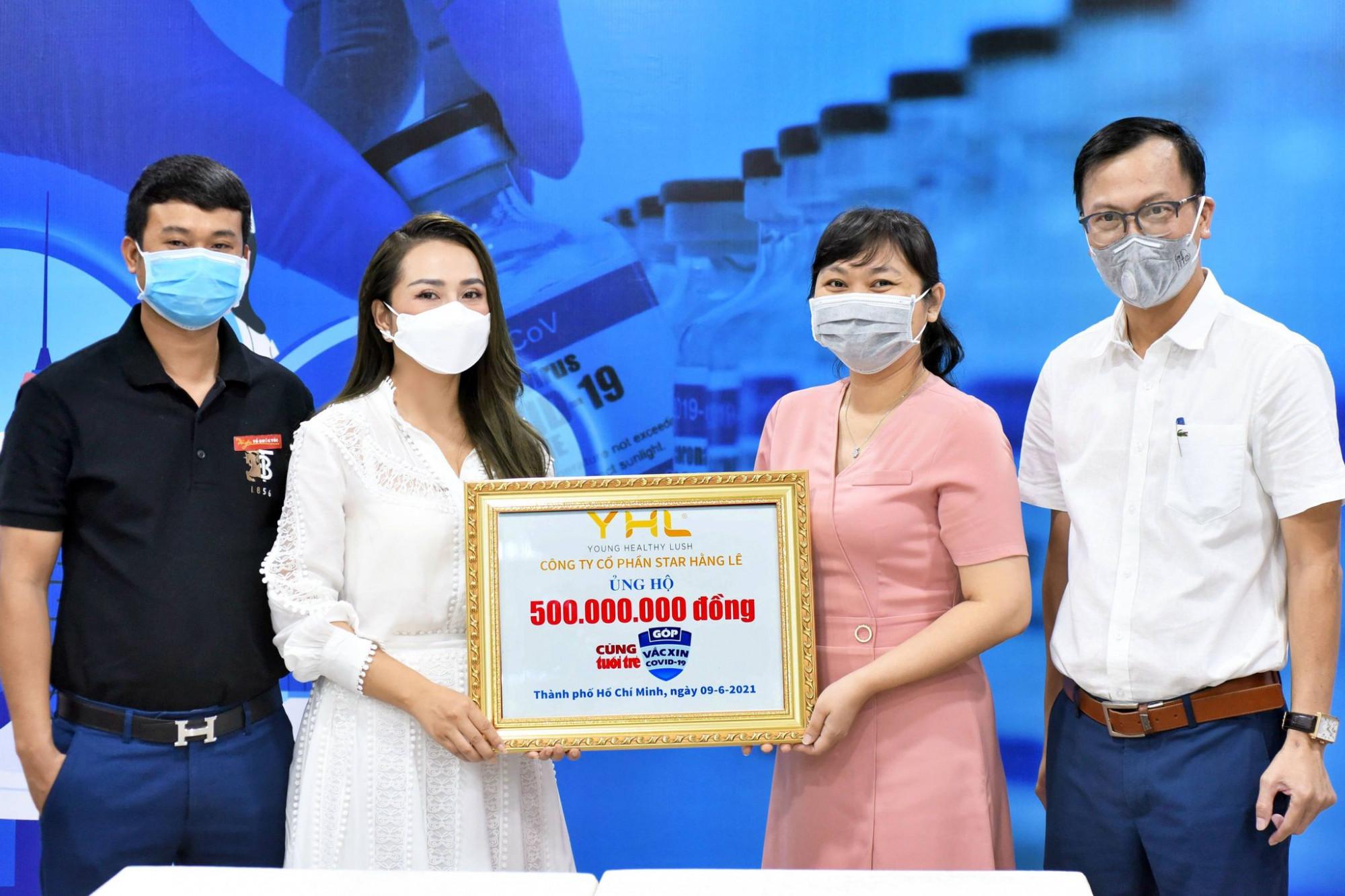 Bà Hằng Lê - người sáng lập YHL Star Hằng Lê và ông Lê Quang Hải - Tổng giám đốc công ty trao 500 triệu đồng cho Quỹ vắc-xin phòng, chống COVID-19