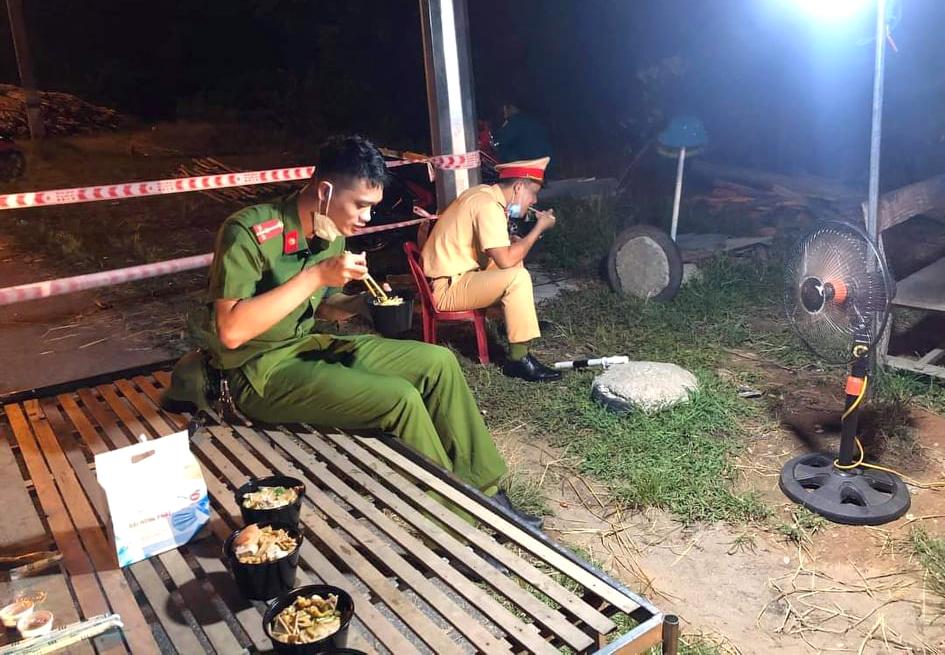Lực lượng công an ăn cơm, túc trực tại các chốt kiểm soát ra vào TP.Hà Tĩnh