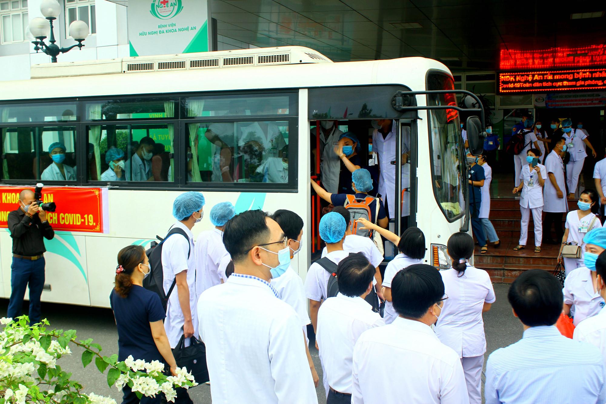 52 cán bộ y tế Nghệ An lên đường vào tâm dịch Hà Tĩnh
