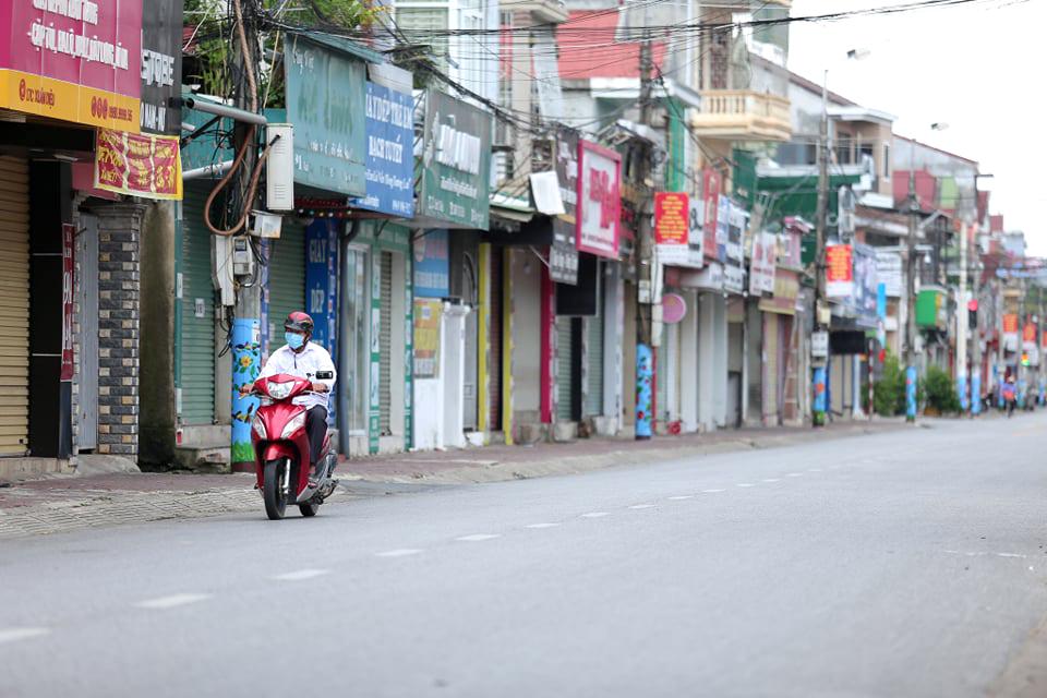 Đường phố Hà Tĩnh vắng lặng sau lệnh giãn cách xã hội