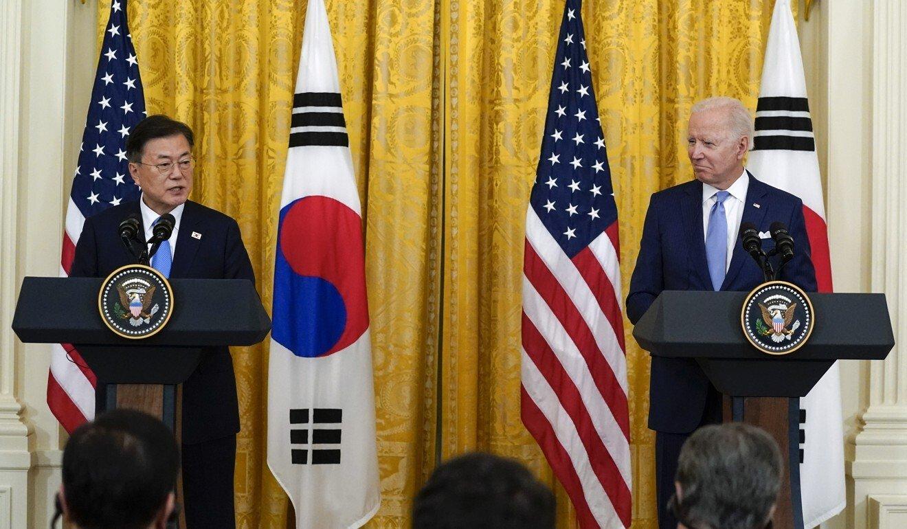 Tổng thống Moon Jae-in (trái) và Tổng thống Joe Biden hội đàm tại Nhà Trắng vào tháng trước