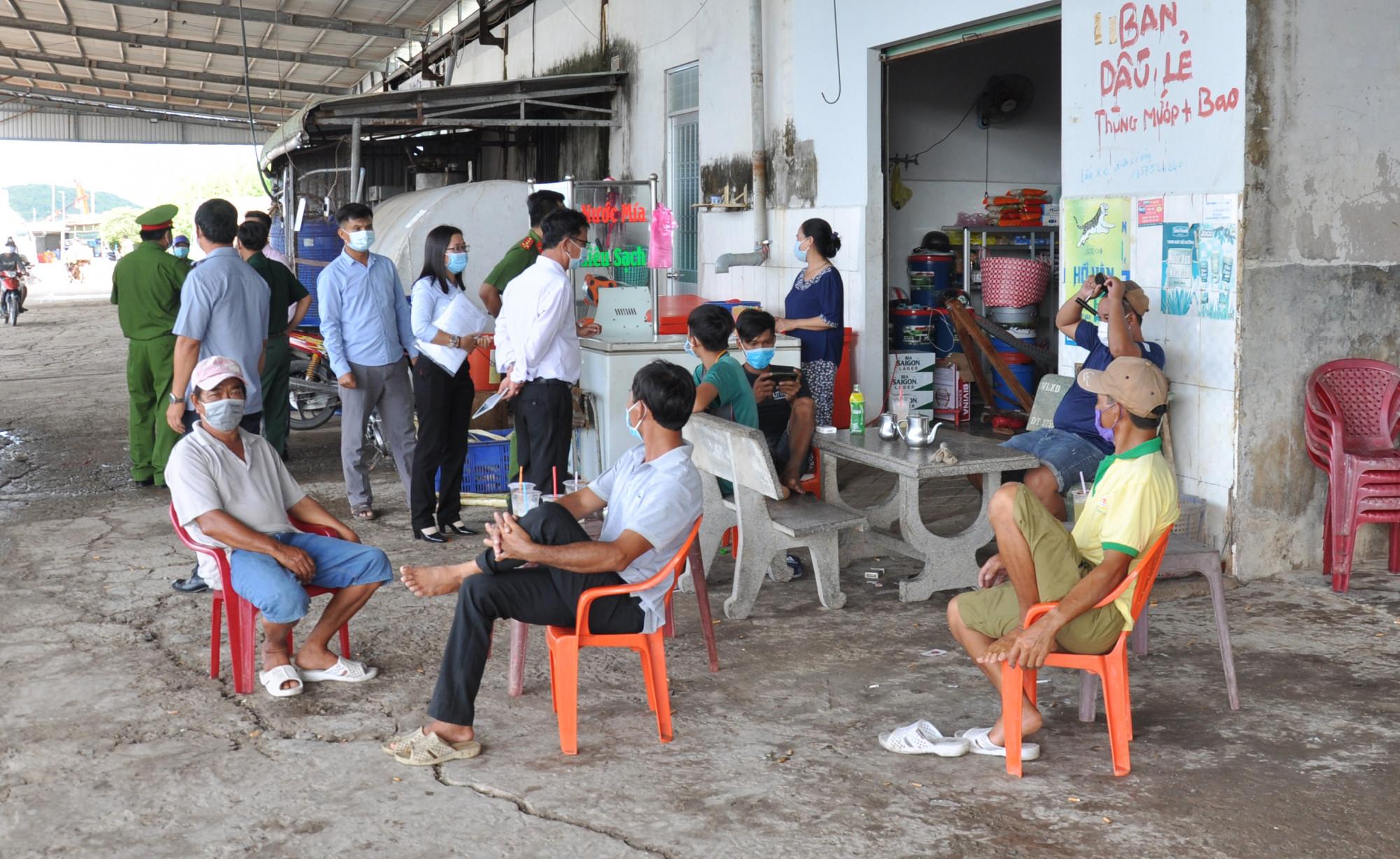 Lực ượng chức năng ở tỉnh Kiên Giang kiểm tra, nhắc nhở người dân trên địa bàn tránh tụ tập đông người, đeo khẩu trang nơi công cộng