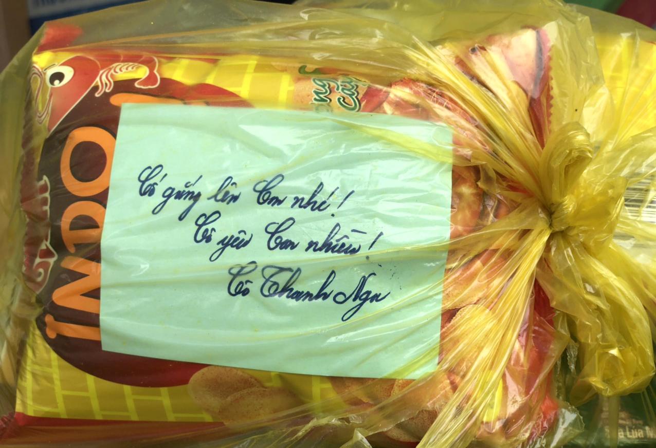 Túi quà được các cô giáo gói gém cẩn thận, kèm lời nhắn khích lệ học sinh cố gắng trong thời gian cách ly