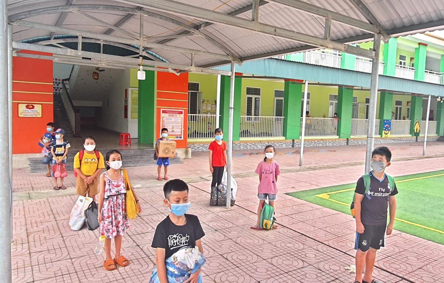 30 học sinh Trường tiểu học 1 Tân Lâm Hương đi cách ly tập trung