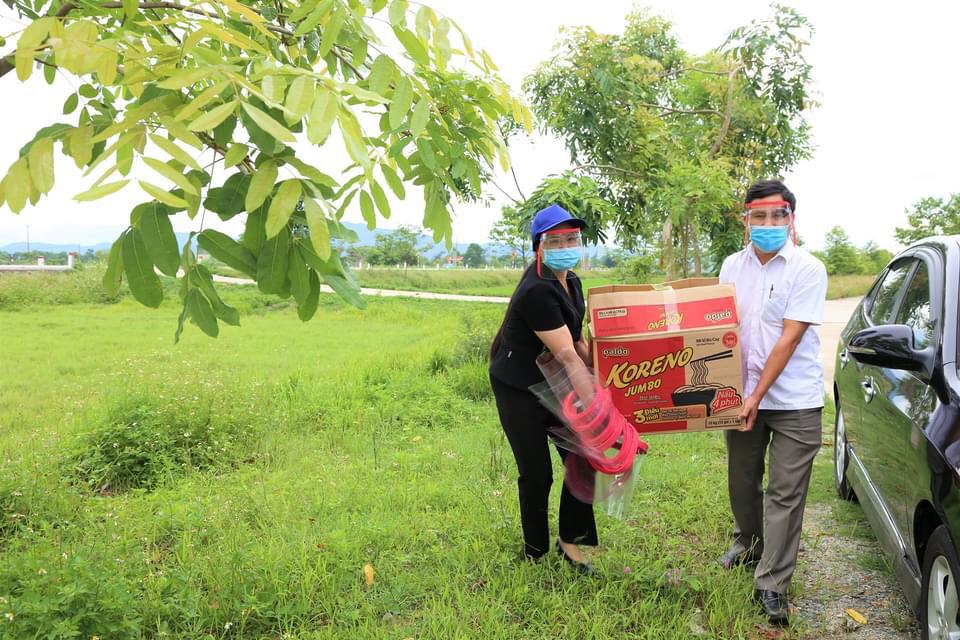 Lãnh đạo Phòng GD-ĐT huyện Thạch Hà mang quà đến thăm, động viên học sinh
