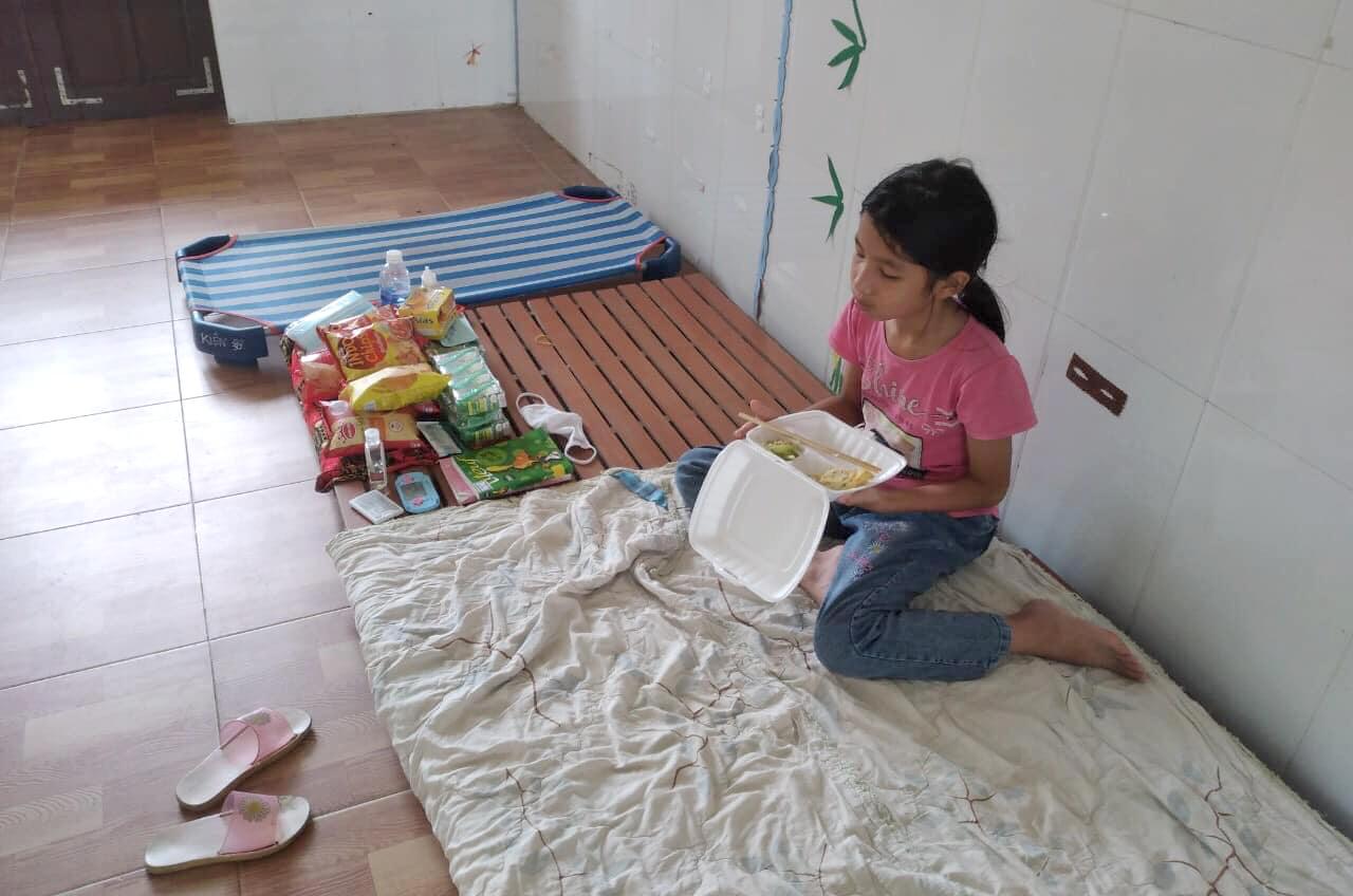 Lãnh đạo xã Tân Lâm Hương cho biết phụ huynh có thể làm cam kết, xin cùng vào cách ly với con để thuận tiện cho việc chăm sóc các cháu nhỏ trong khu cách ly