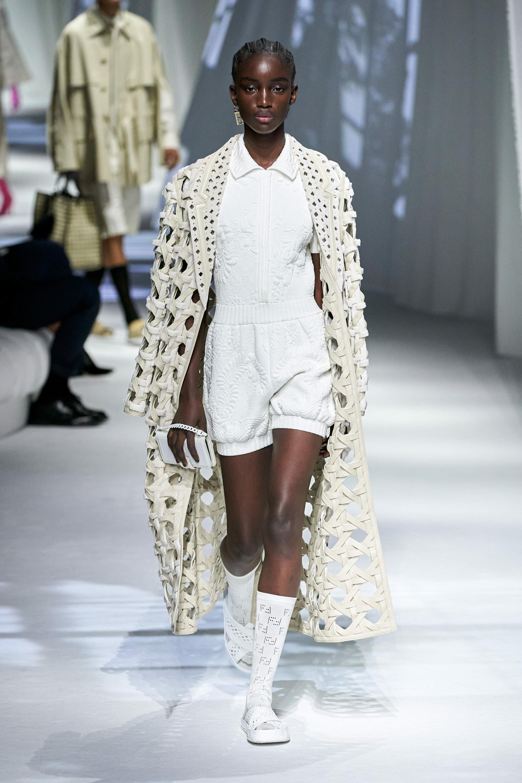 Chiếc áo khoác lưới đơn giản, giúp phái nữ toát lên khí chất sang trọng là sản phẩm mới được hãng mốt Fendi trình làng, đang nhận được sự yêu mến của phái đẹp.