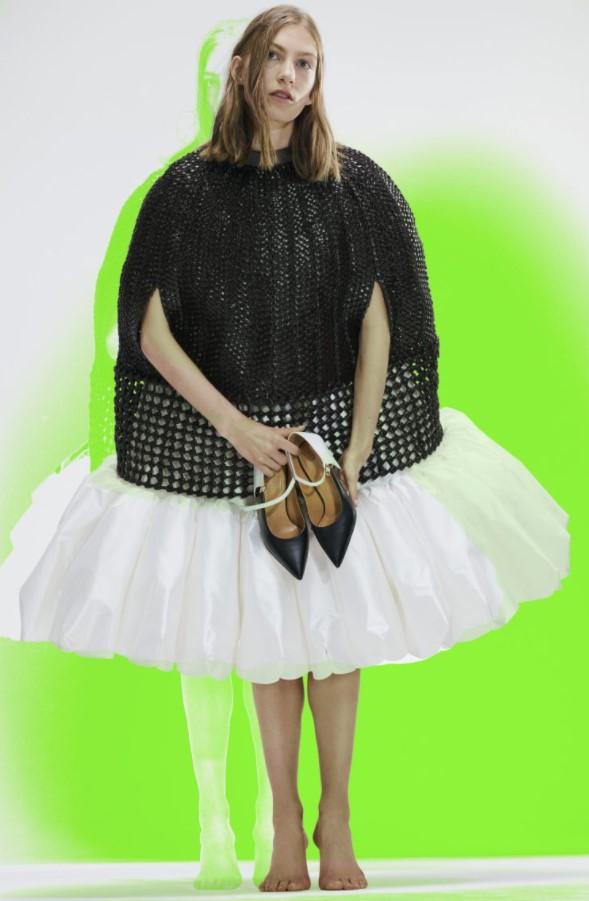 Loewe gợi ý cho phái đẹp kết hợp hai tông trắng và đen. Nếu như năm 2020 chứng kiến sự bùng nổ của kĩ thuật đan móc điêu luyện thì sàn diễn Xuân – Hè 2021 lại đem đến những mắt lưới cứng cáp và đầy sáng tạo.