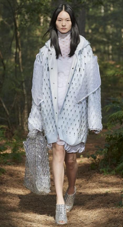 Thương hiệu Burberry kết hợp áo khoác lưới đính cườm sáng lấp lánh  giúp vẻ ngoài thêm phần cuốn hút. Để tạo nên sự đồng bộ và tăng vẻ quyến rũ, hãng mốt còn kết hợp thêm áo khoác và túi xách vải lưới.
