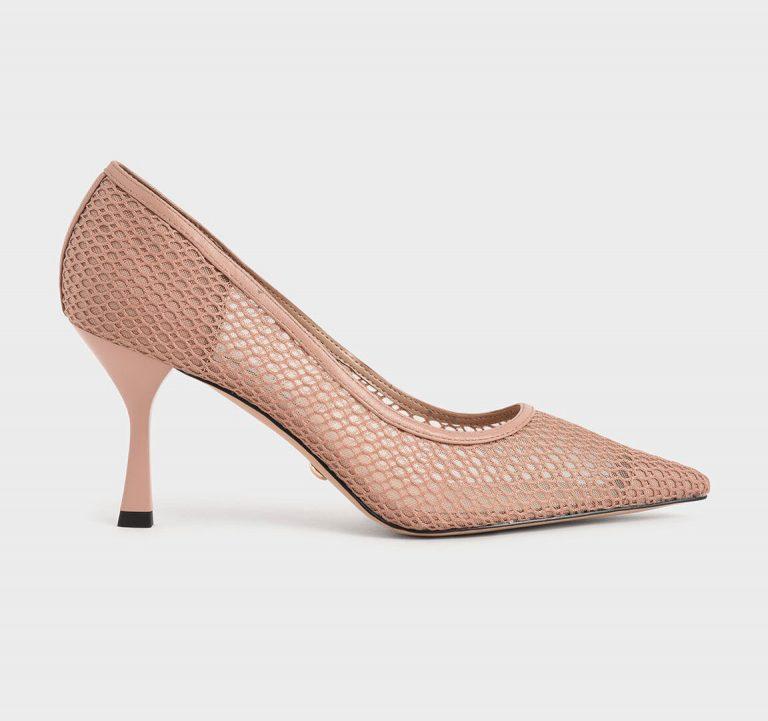 """Bên cạnh mắc xích kim loại, những đường móc dây, đan len """"gây bão"""" mùa mốt trước cũng nhận được sự chào đón tích cực khi trở lại sàn diễn. Mẫu giày cao gót đến từ thương hiệu Charles & Keith."""