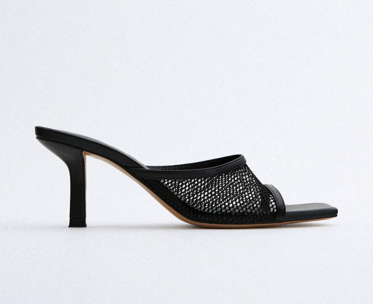 Bên cạnh trang phục, những phụ kiện đan lưới cũng được ưa chuộng không kém. Bắt kịp xu hướng, Zara cũng trình làng mẫu giày cao gót đan lưới đen không cầu kỳ về kiểu dáng, phù hợp với những buổi đi chơi, dạo phố cùng bạn bè.