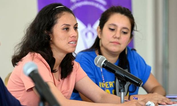 Sara Rogel, bên trái, phát biểu trong cuộc họp báo sau khi mãn hạn tù, ở San Salvador hôm thứ Ba. Ảnh: Marvin Recinos / AFP / Getty Images