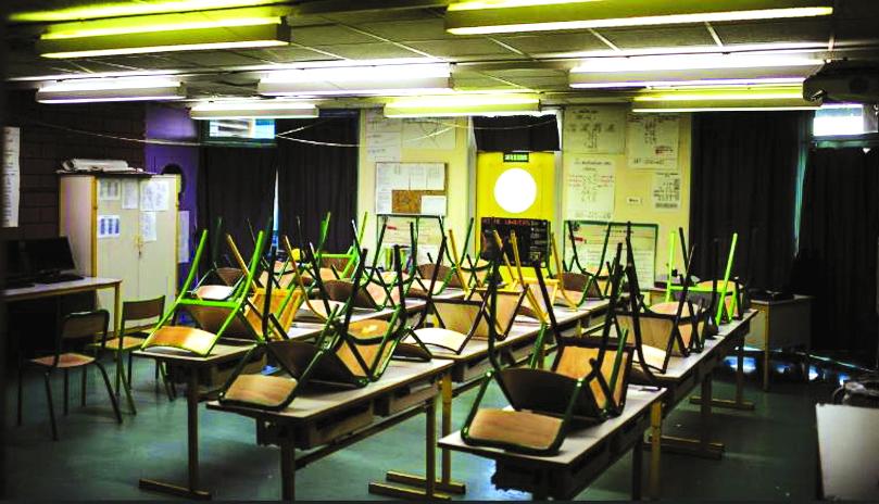 Một phòng học trống ở Trường Saint-Exupery, ngoại ô La Courneuve của Paris, Pháp chỉ đóng cửa hệ thống trường học tổng cộng 10 tuần suốt đại dịch - ẢNH: GETTY IMAGES