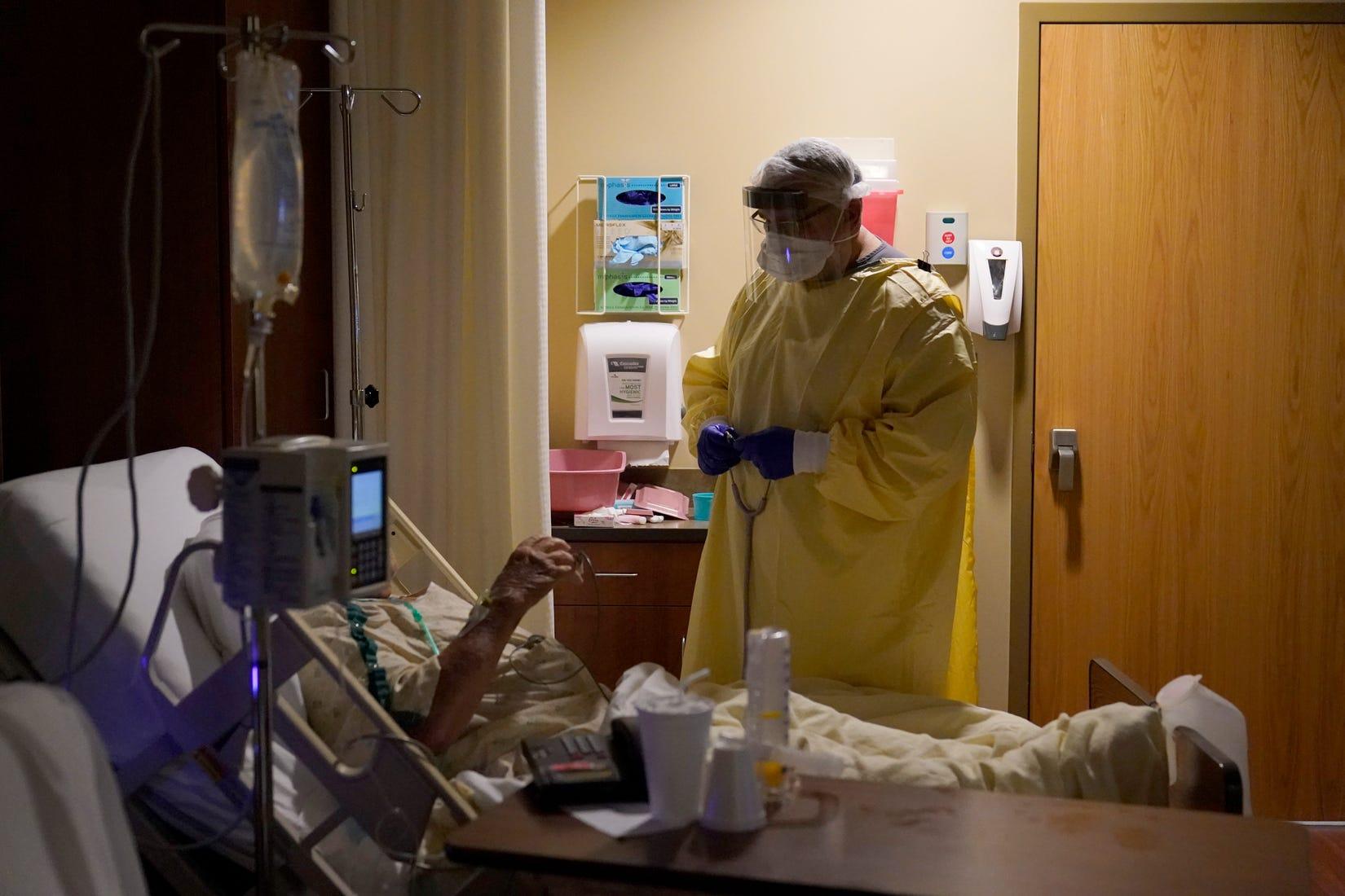 Nhân viên y tế được yêu cầu phải tiêm vắc-xin COVID-19 đầy đủ để đảm bảo an toàn trong chăm sóc và điều trị bệnh nhân - Ảnh: Jeff Roberson/AP