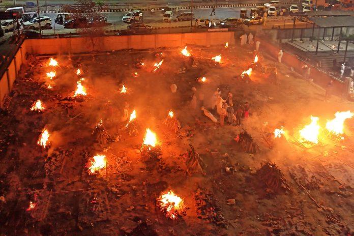 Hỏa táng hàng loạt bệnh nhân COVID-19 ở New Delhi.