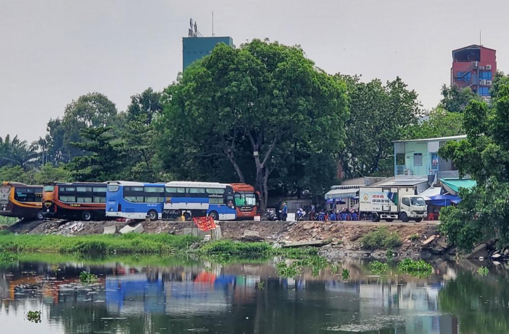 Bến xe cóc' đối diện Bến xe Miền Đông tồn tại nhiều năm nay.