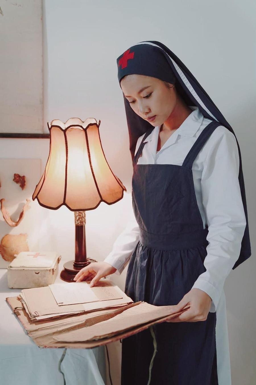 Vai diễn y tá Nguyễn Thị Hoa của Hoàng Phượng trong phim Tình yêu vô hình
