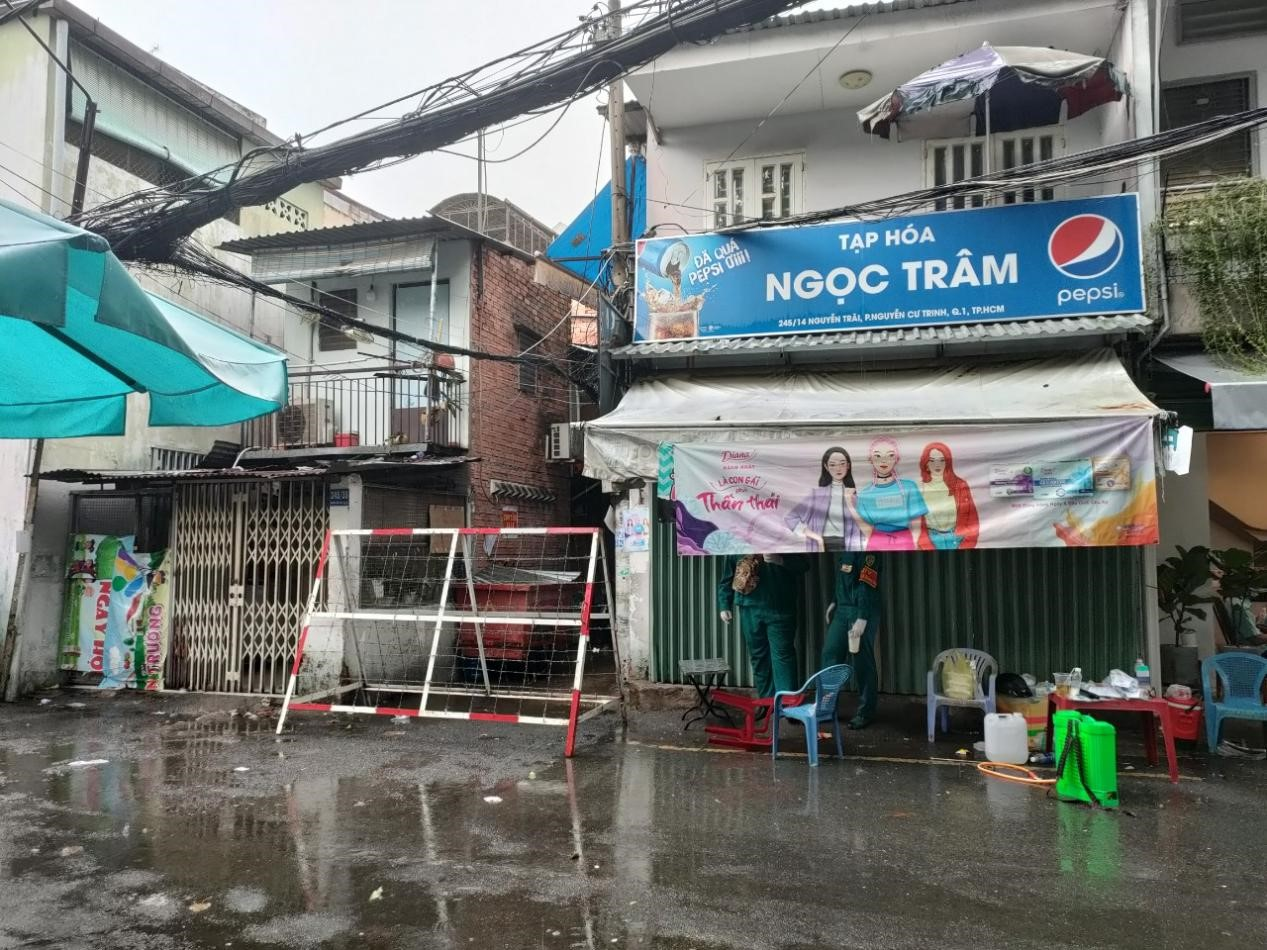 Hẻm 245 Nguyễn Trãi, quận 1, TPHCM bị phong tỏa vì có 4 ca mắc COVID-19, trong đó có 1 nữ công nhân làm việc tại khu chế xuất Tân Thuận, quận 7. Ảnh: HCDC
