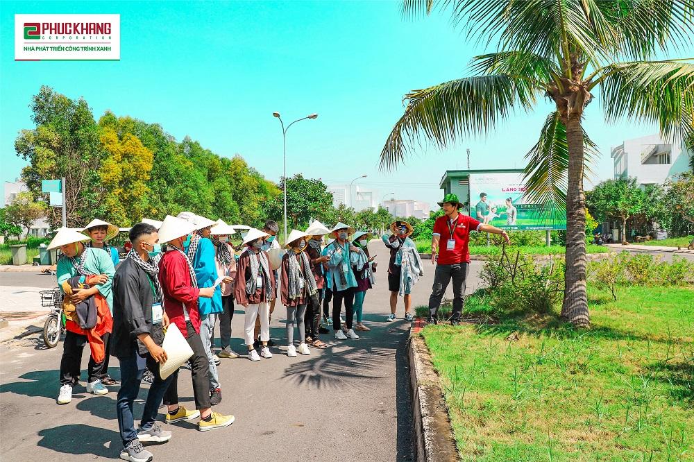Sinh viên đại học tham quan dự án Làng Sen Việt Nam. Ảnh: Phúc Khang