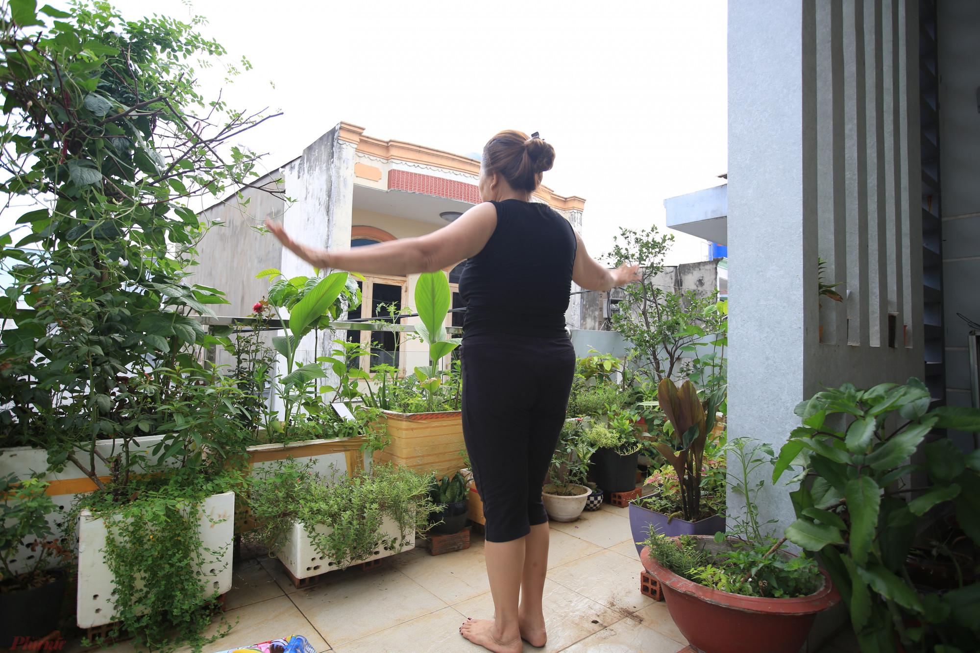 Niềm vui mỗi ngày của cô Bình bây giờ là tập thể dục buổi sáng, lau nhà, nấu cơm và gọi video cho bạn bè - Ảnh: PTN