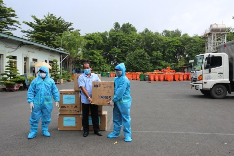 Ông Đặng Ngọc Đồng - Chủ tịch Công đoàn công ty thay mặt cho các đoàn thể công ty trao tặng 200 chai gel rửa tay diệt khuẩn cho tập thể công nhân Đội Xử lý chất thải y tế và Đội Thu gom, vận chuyển chất thải y tế, chất thải. Ảnh: Citenco