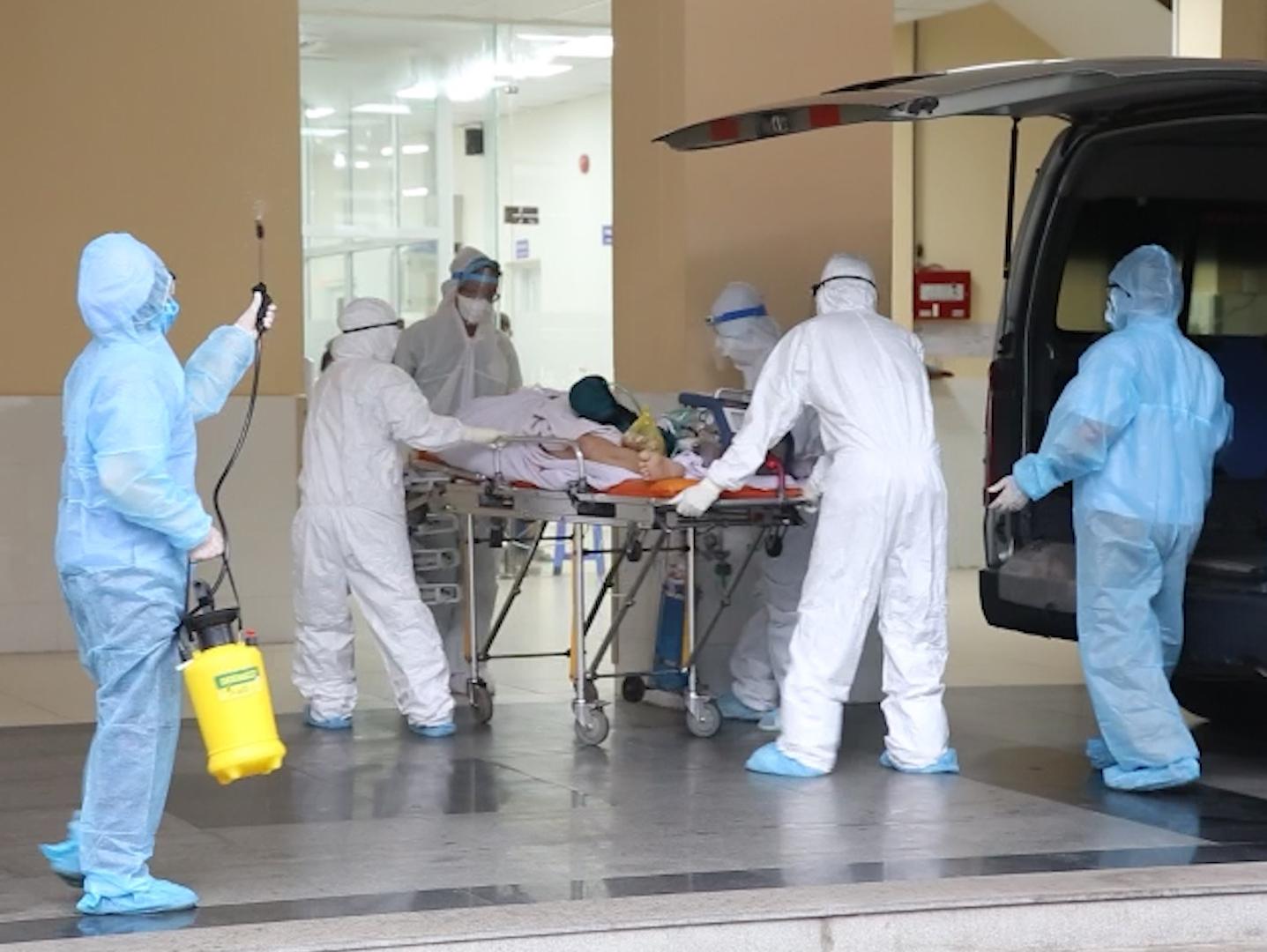 Bệnh viện Chợ Rẫy chuyển chiến sĩ công an mắc COVID-19 cùng máy ECMO về bệnh viện điều trị, ảnh BVCC